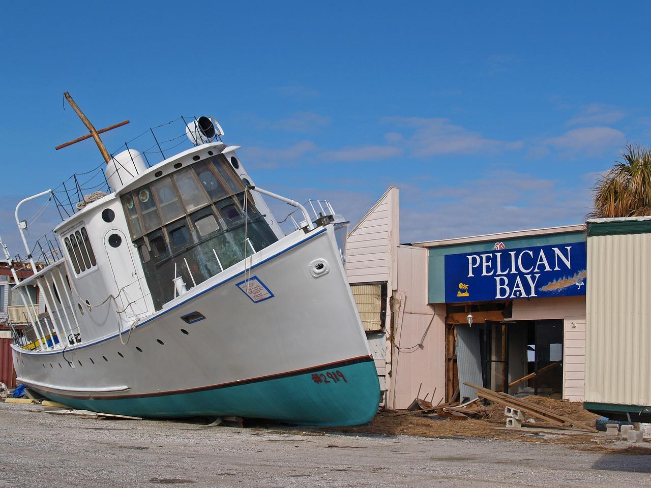 Schiff nach Tsunami an Land